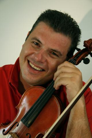 f7412f7eb8f Ο Γ. Κωνσταντινίδης γεννήθηκε στον Πειραιά. Είναι βιολονίστας, μέλος της  Ορχήστρας Σύγχρονης Μουσικής της ΕΡΤ και καθηγητής βιολιού.